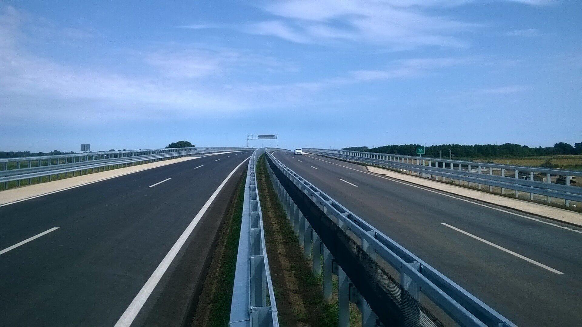 Ez a gyorsforgalmi út viszi tovább Mátészalkától a román határig az M3-ast
