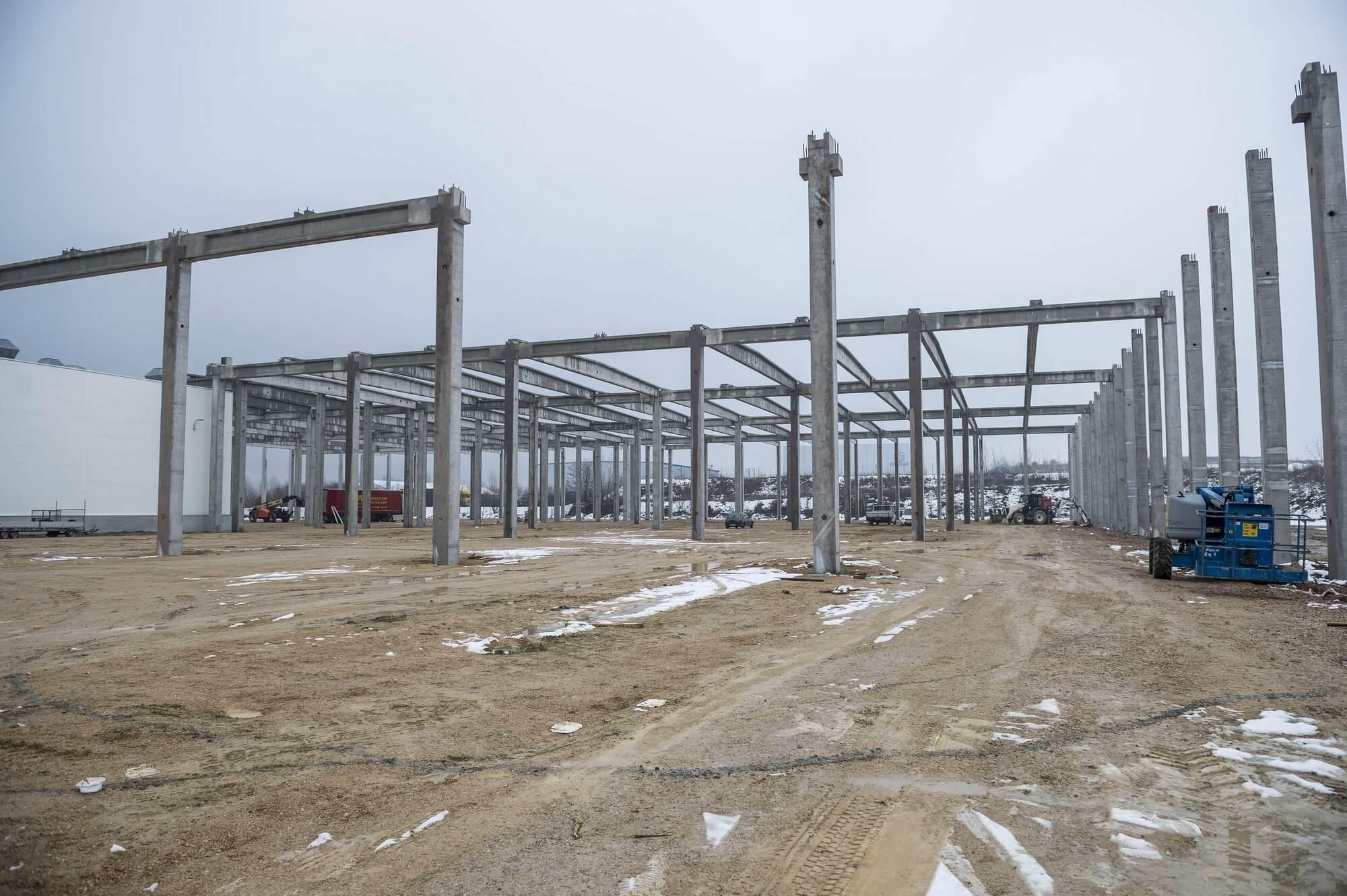 Luxusautó-szállítmányozó fejleszti logisztikai központját Tatabányán