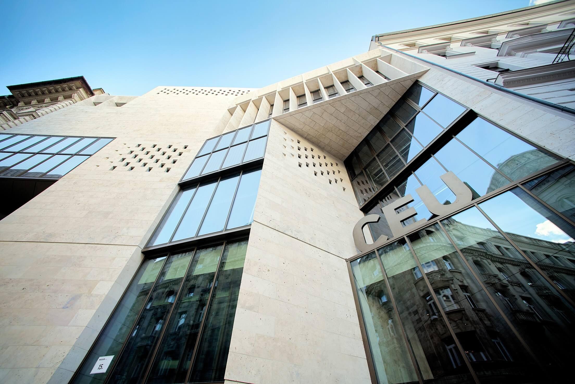 Emléktábla hirdeti a CEU új épületét megvalósító mérnökök kiválóságát