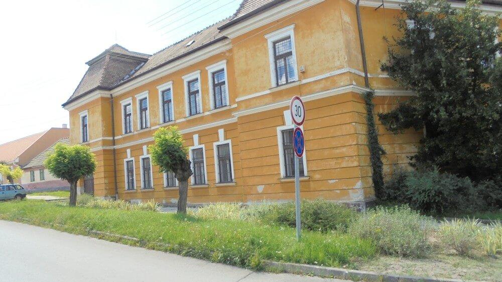 Száz éves műemléképületben működő gimnáziumot újítottak fel Tatán