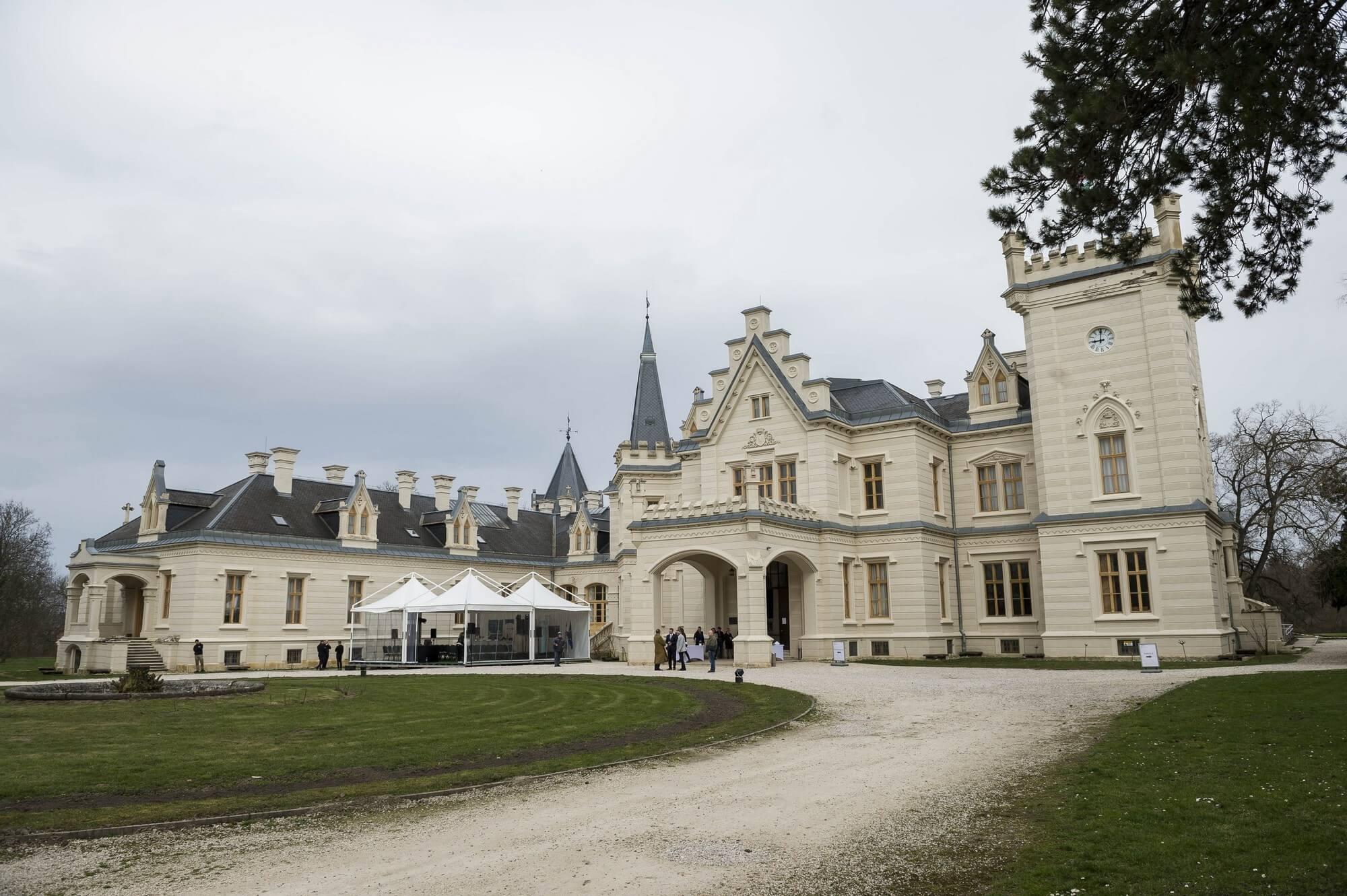 Fejér megye két kastélya is visszanyeri eredeti fényét