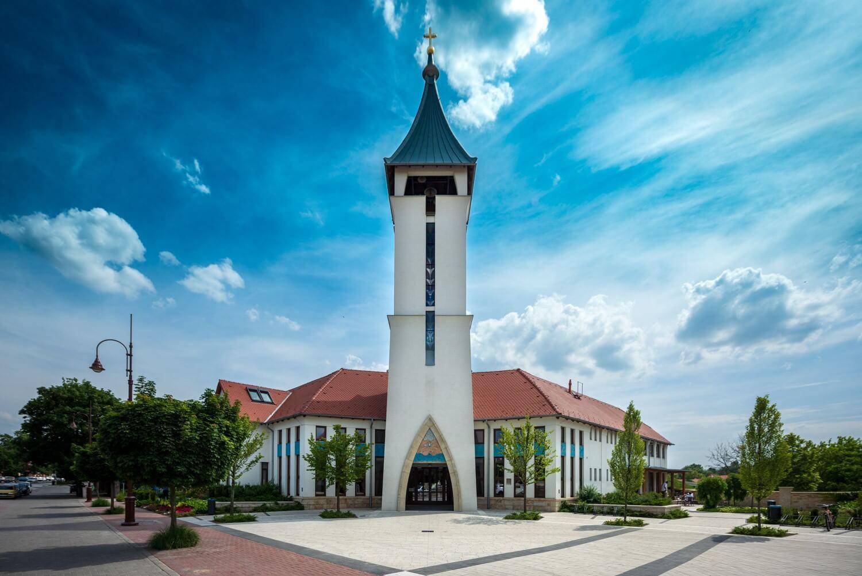 """""""Pünkösdtől Pünkösdig épült"""" – elismerő oklevelet kapott a veresegyházi templom"""