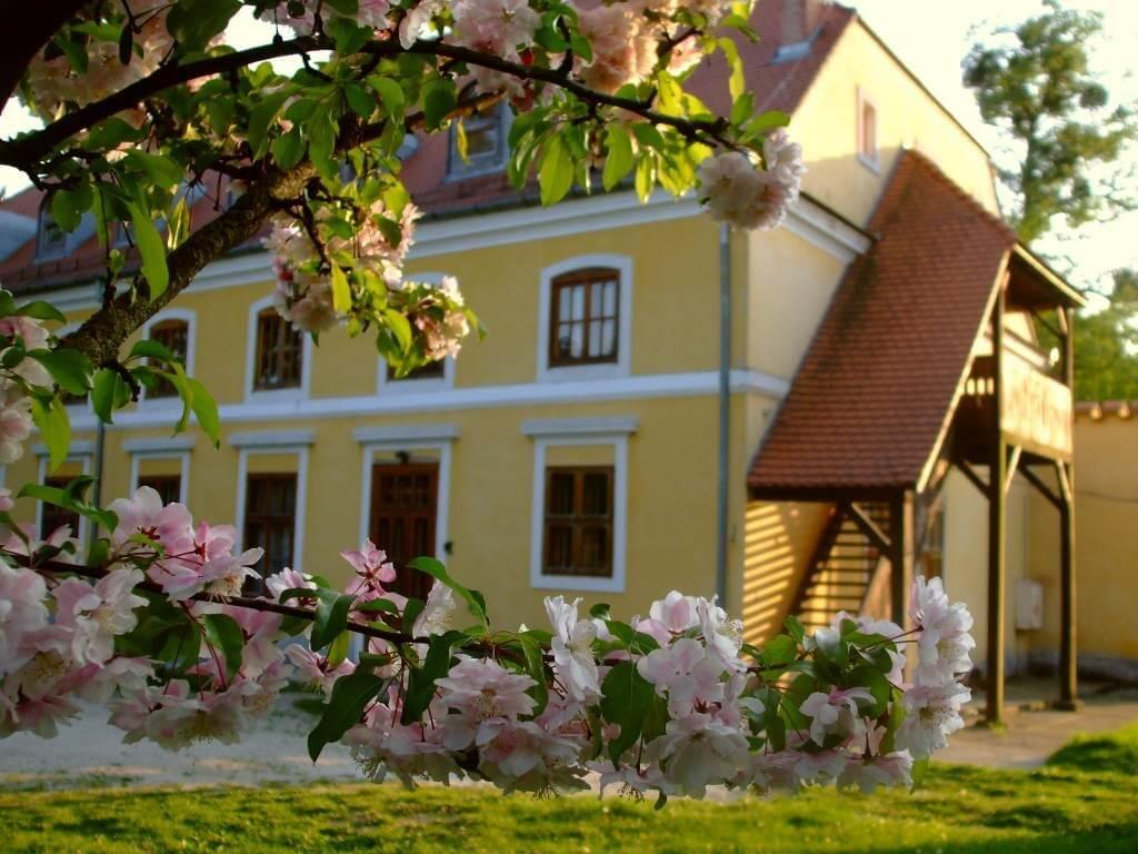 Barokk kastélyban épít zarándokszállást a ZÁÉV