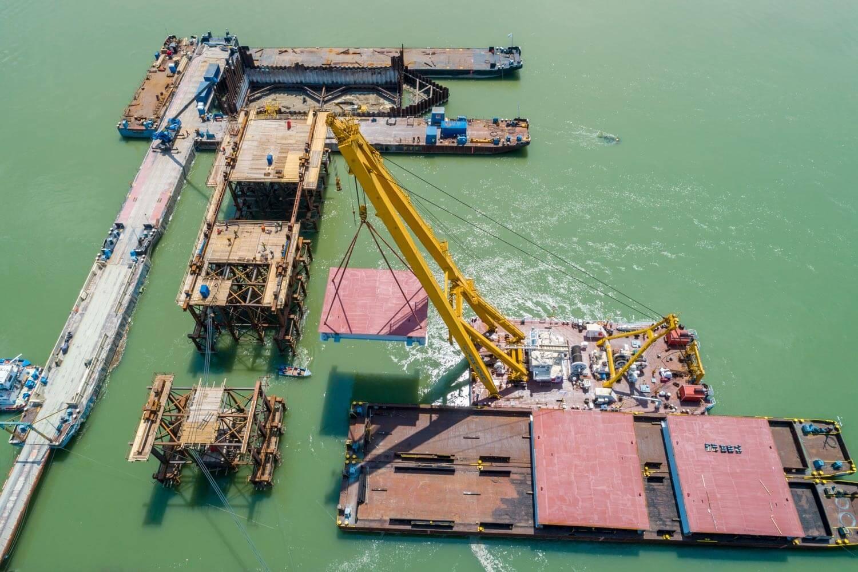 Beemelték az új komáromi Duna-híd első acél elemeit