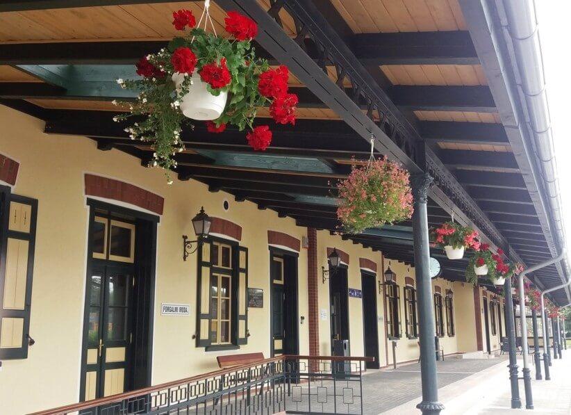 Az állomásépületek felújításával folytatódik a dél-balatoni vasútfejlesztés