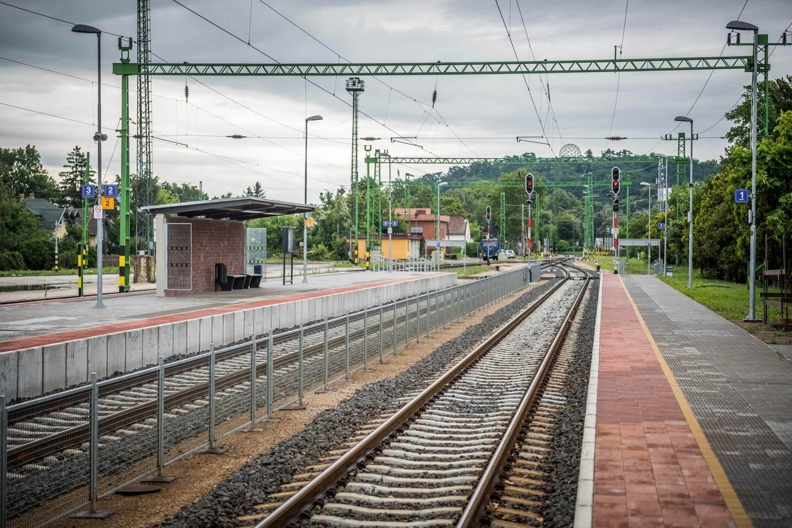 Elkészültek az első peronok a Budapest-Hatvan vasútvonalon