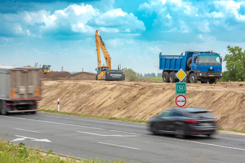 Megkezdődött az 54-es főút kibővítése Kecskemétnél