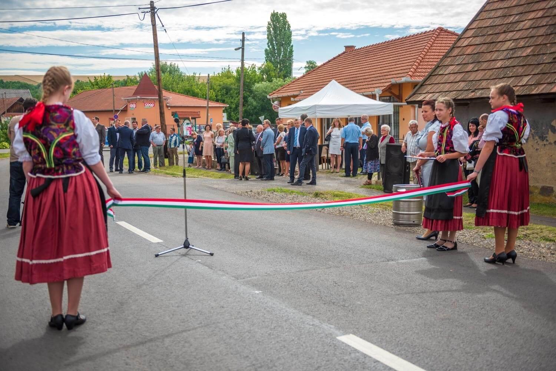 Heves megyei összekötő utakat újított fel a HE-DO és a KM Építő Kft.