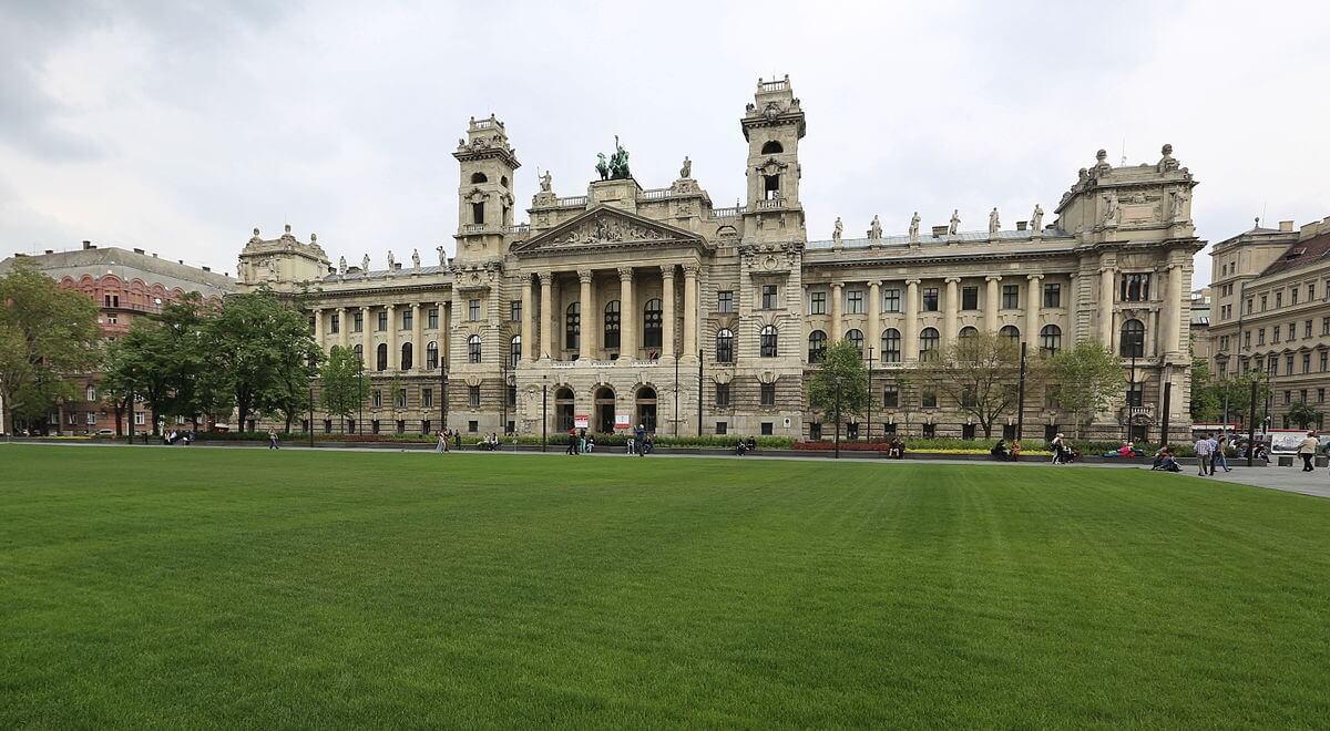 Felújítják a budapesti Kossuth tér meghatározó épületeit