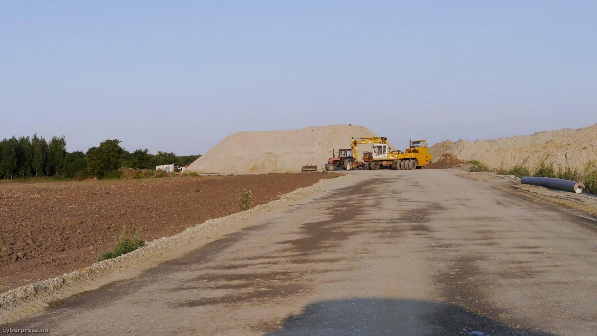 Nagyszabású földmunkákkal halad az M85-ös építkezése
