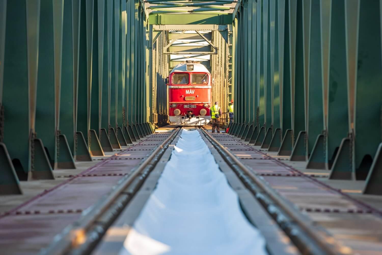 Már zajlik az algyői vasúti híd próbaterhelése a tram-train számára