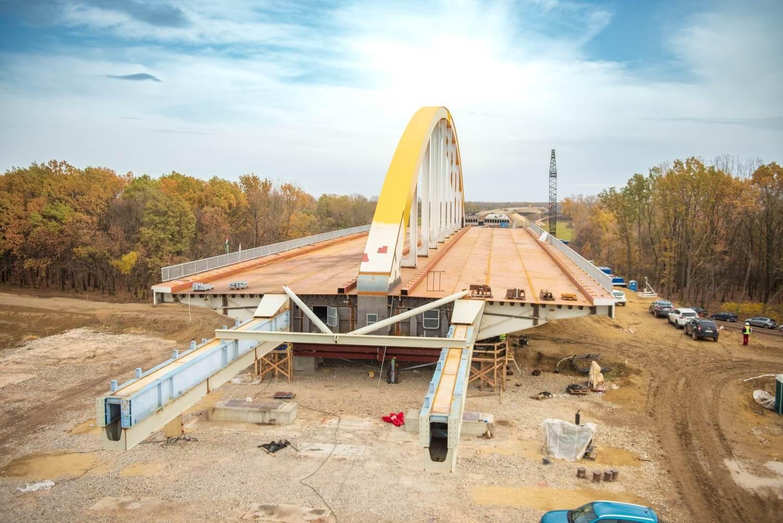 Elkezdődött a Hármas-Körös feletti híd behúzása az M44-esen