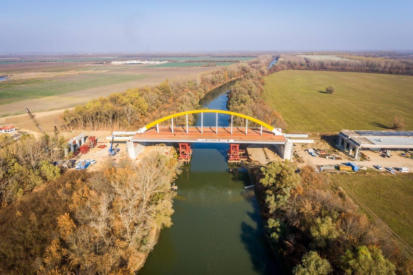 Több nap alatt húzták a helyére az új Körös-híd pályáját - videó