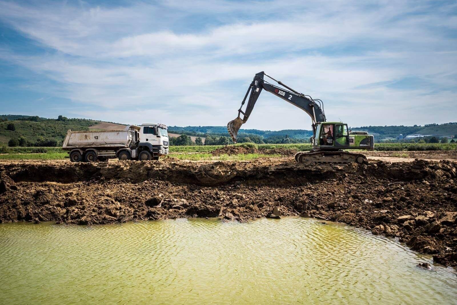 160 tonna szennyezett iszaptól szabadul meg a Holt-Tisza