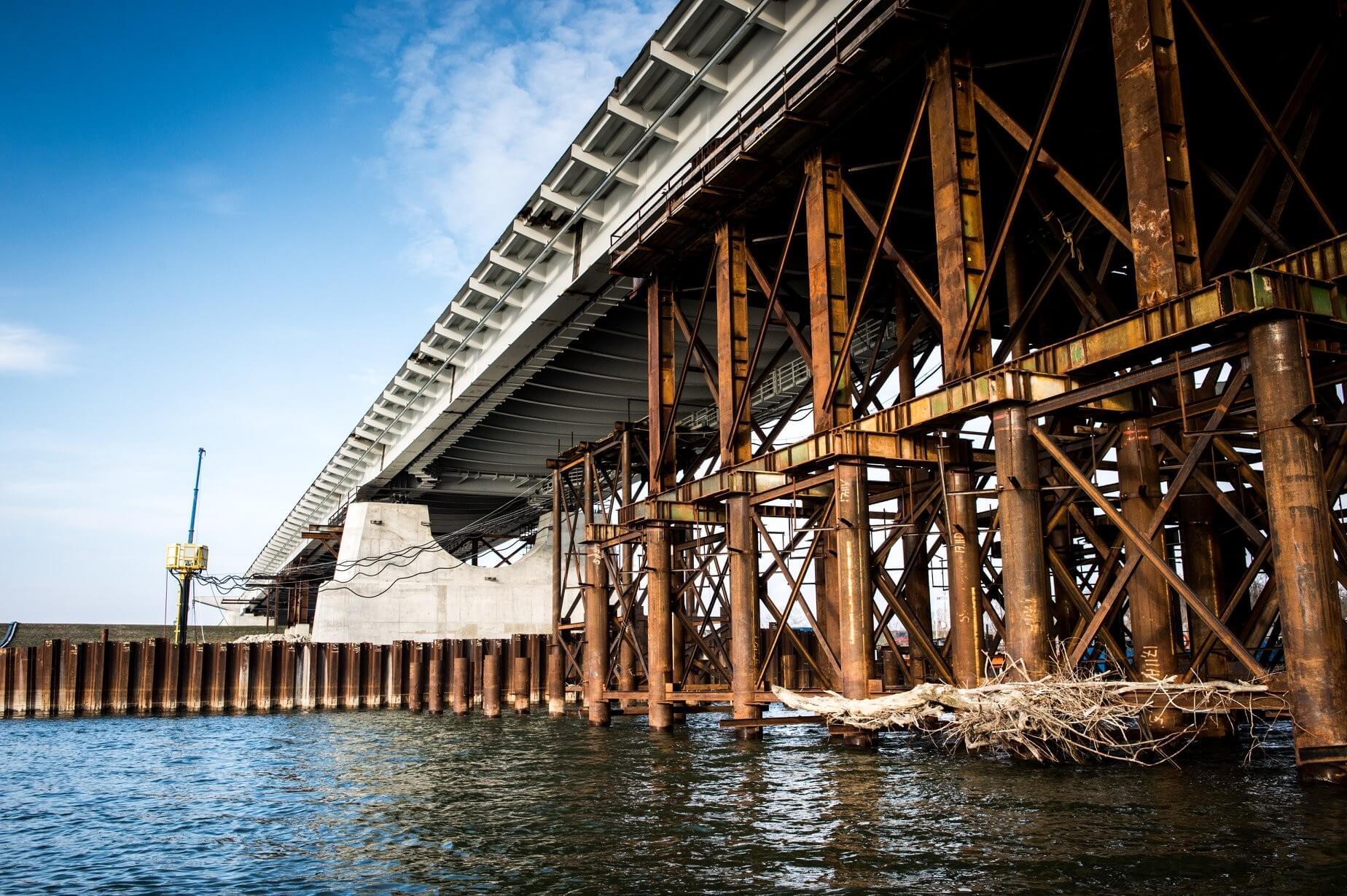 Helyére került a komáromi híd leghosszabb szakasza