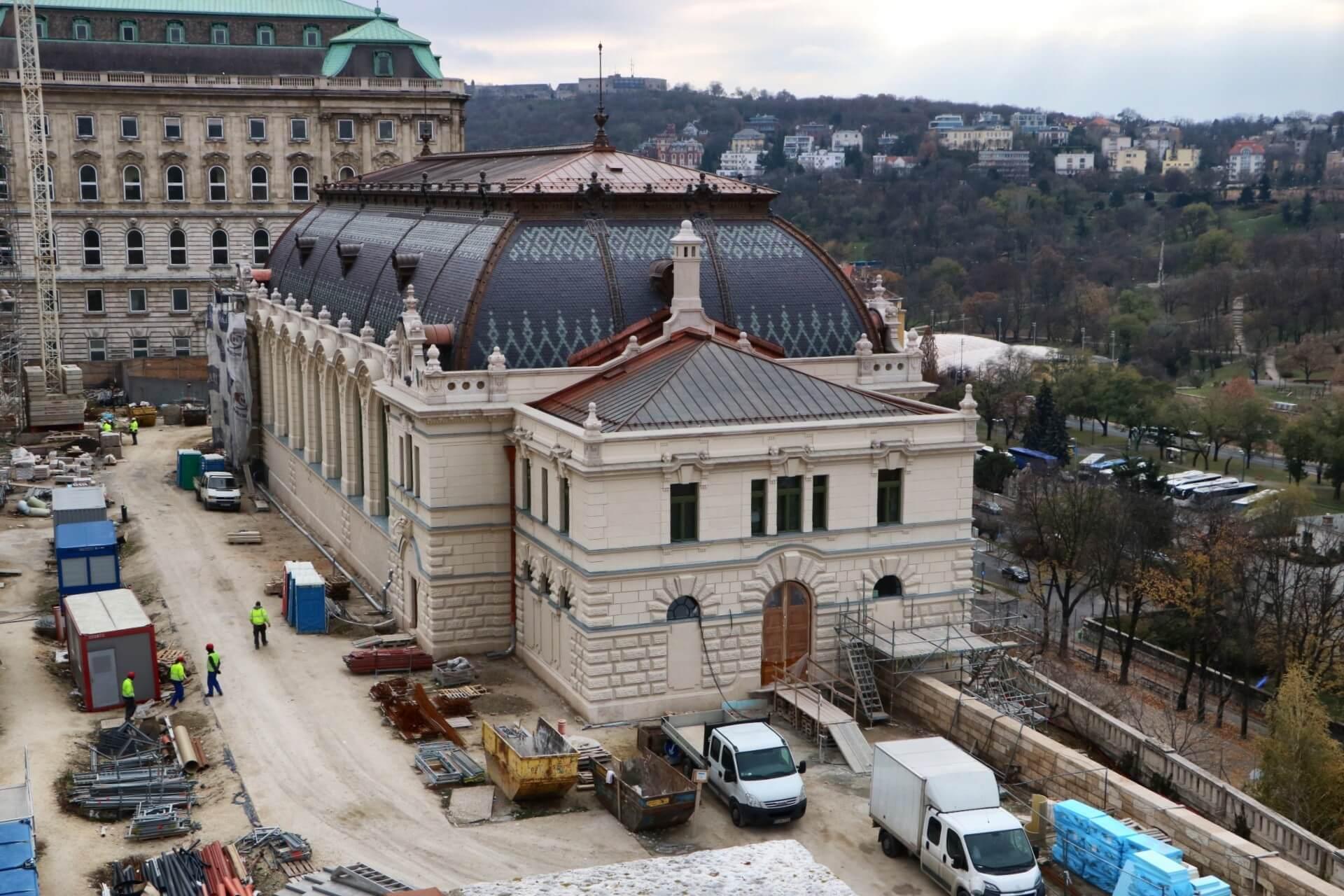 Nyárra elkészül a Budai vár újjászülető lovardája