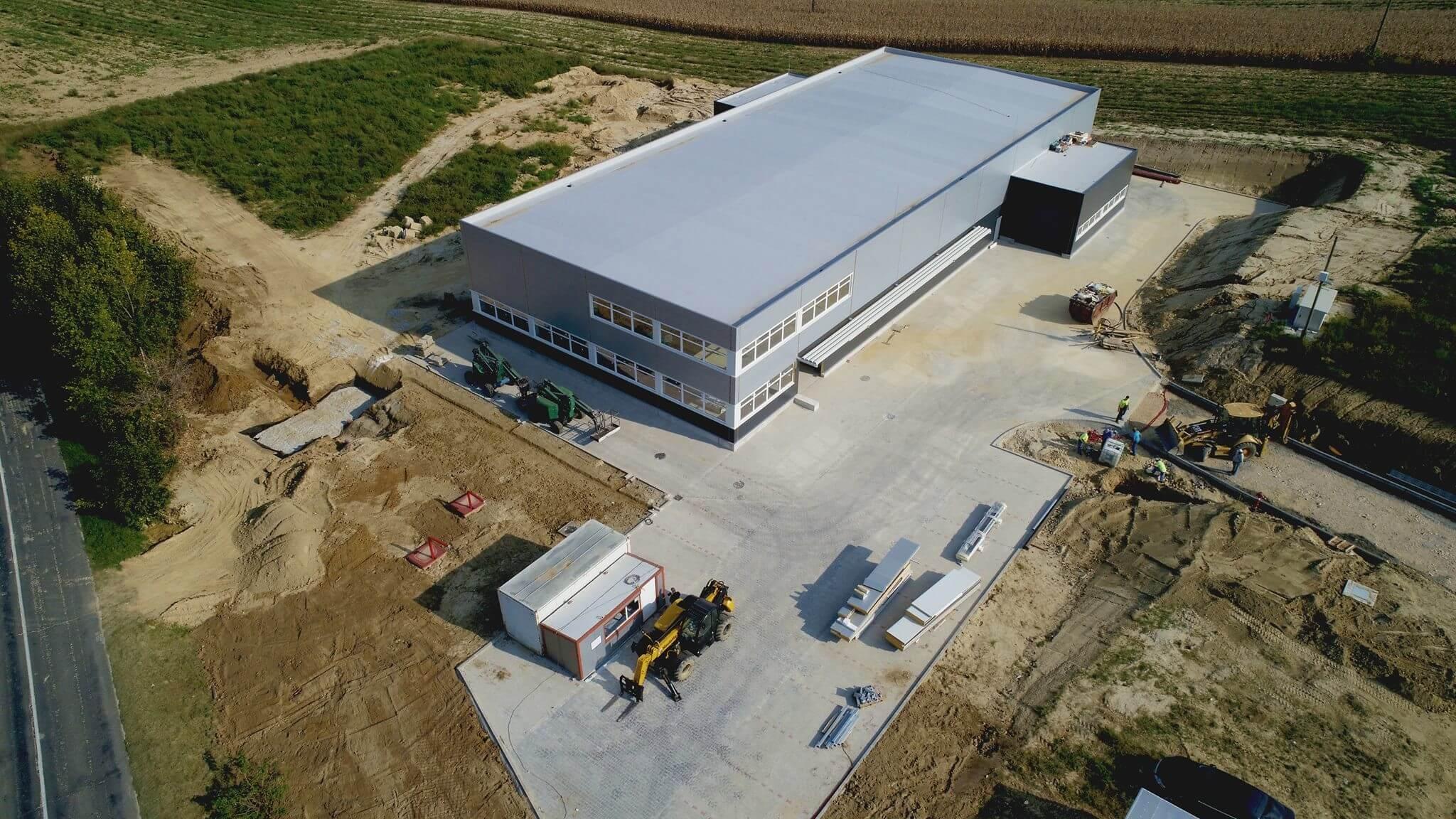 Új gyártóüzemet adtak át a Veszprém megyei Csetényben