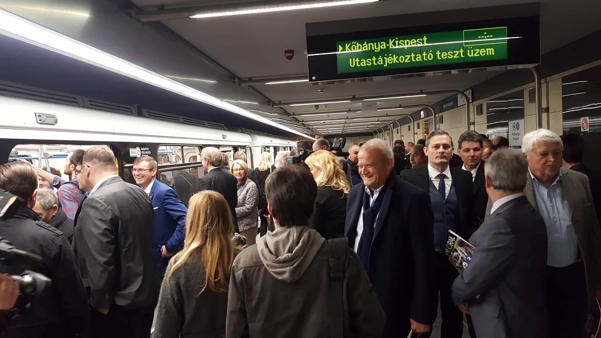 Sokan vártuk ezt a pillanatot: átadták a megújult 3-as metrót