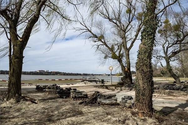 Június végére felújítják az Építők parkját Tatán