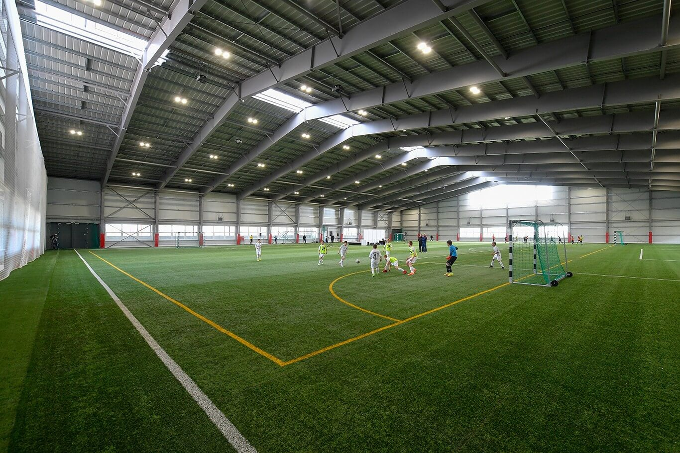 Napelemekkel épült új futballcsarnok a debreceni akadémián
