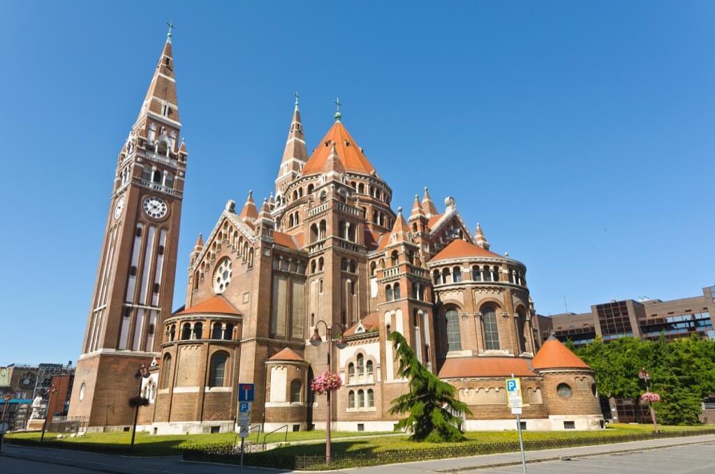 Csobogóval és látványtechnikával újul meg Szeged ikonikus épülete