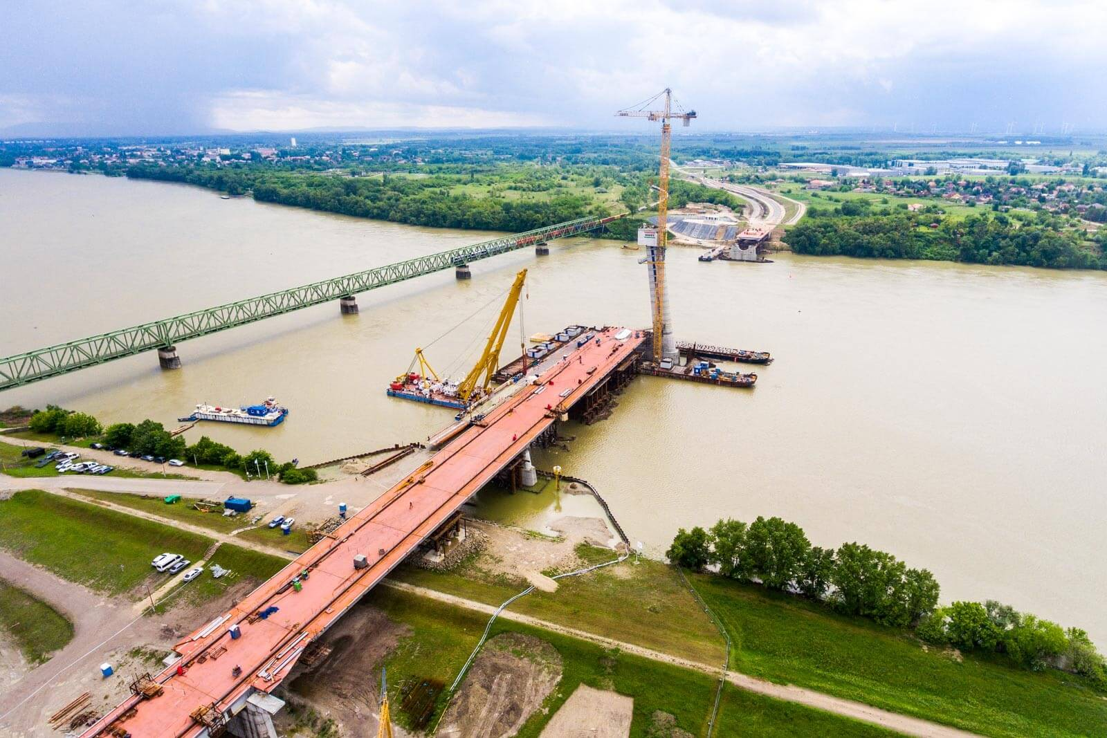 A magyar és a szlovák oldalon is elkészült a komáromi híd összes pillére