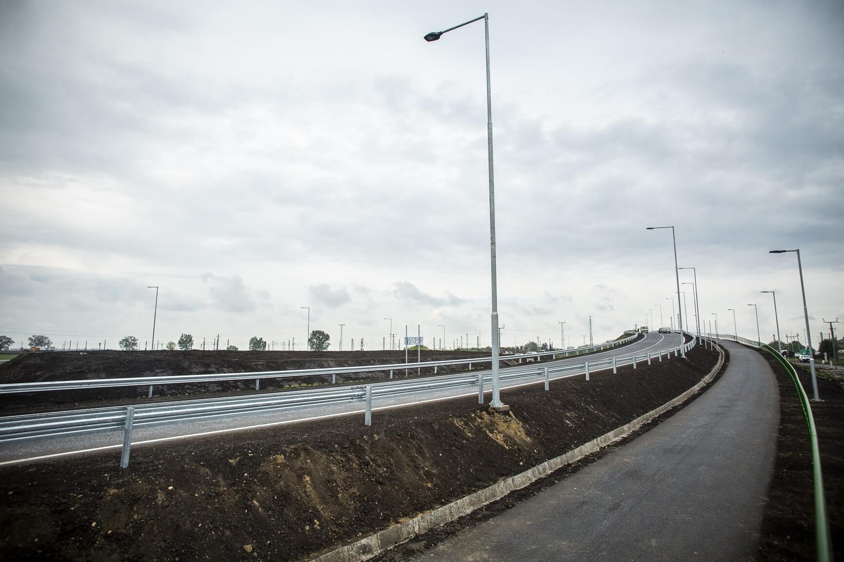 Új hidat kapott a 4-es főút és a debreceni vasútvonal