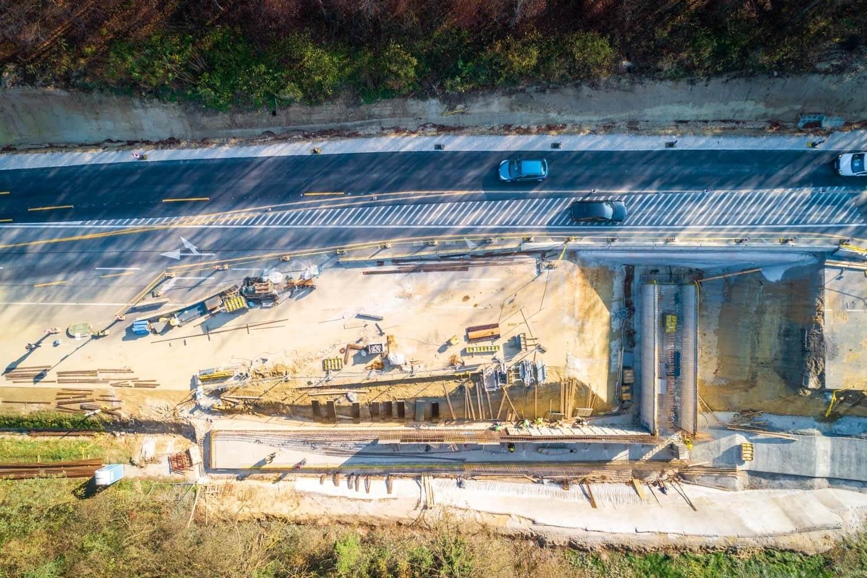 Zajlik a hídépítés az M76-os balatonszentgyörgyi csomópontjában