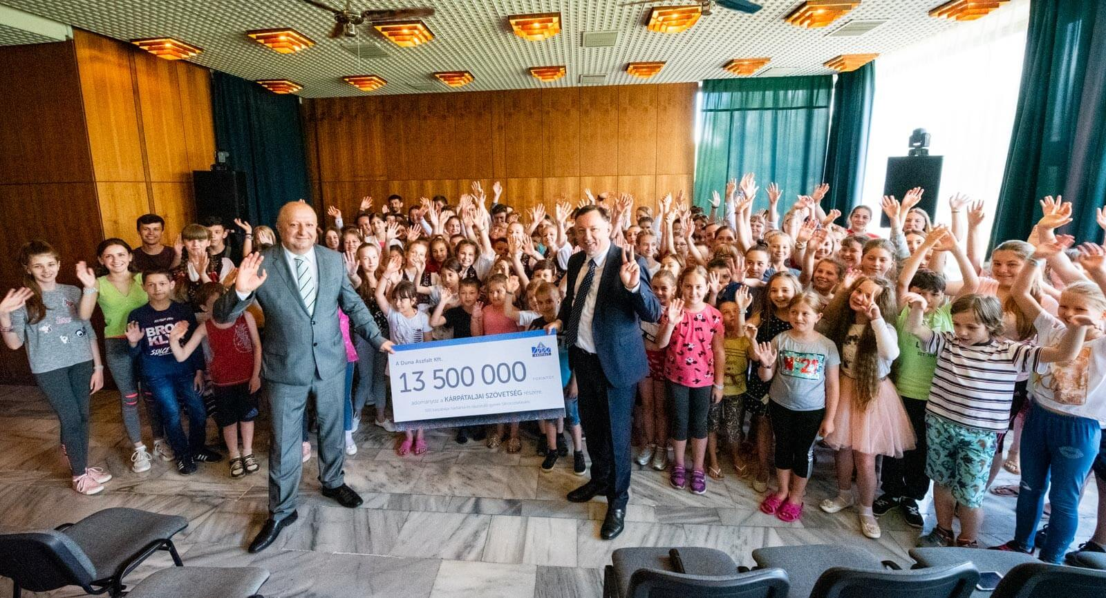 Több száz gyerek táborozhat a Balatonnál a Duna Aszfalt támogatásával