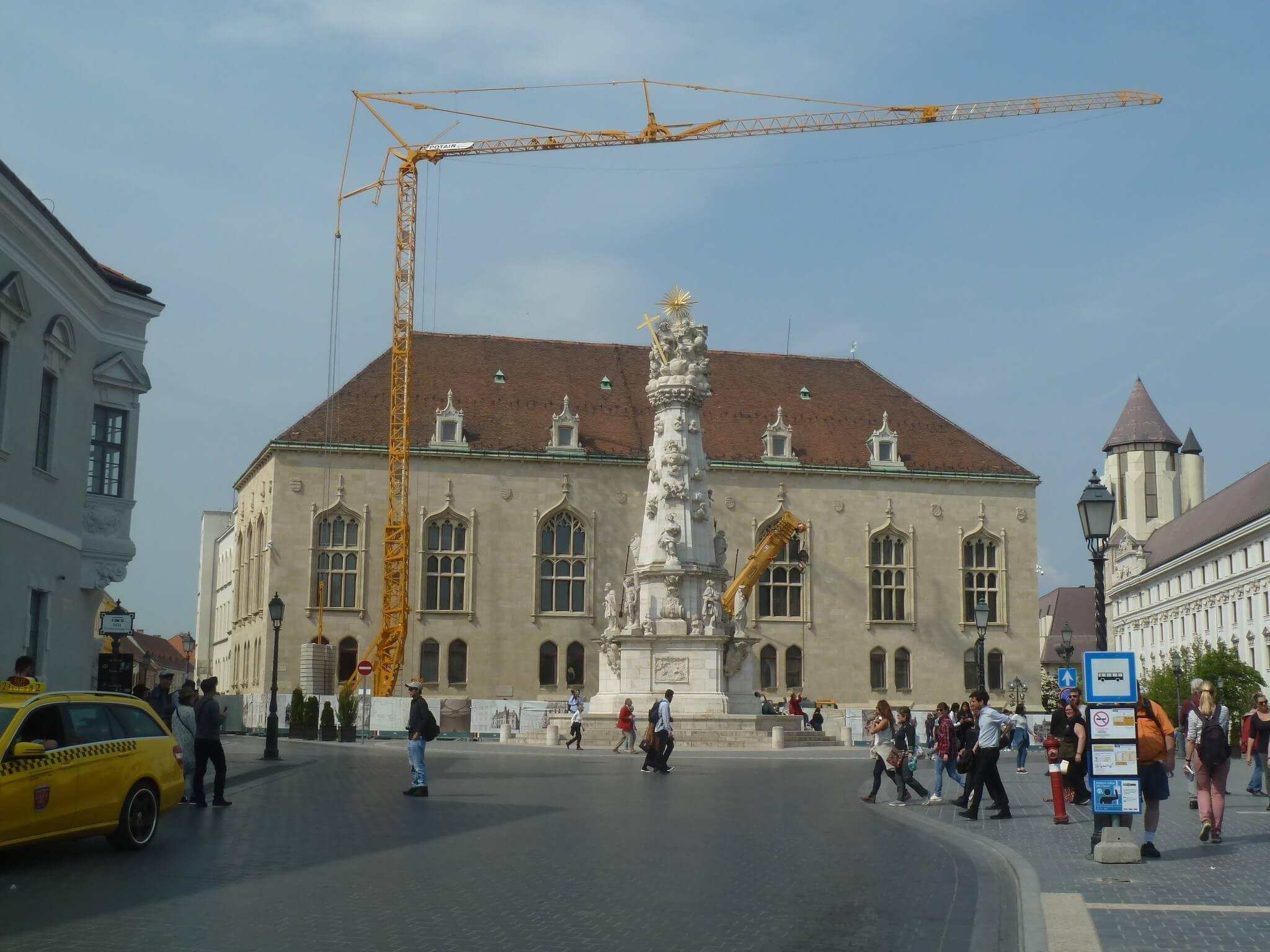 Ütemterv szerint halad a Pénzügyminisztérium építése: munkába állt az első toronydaru