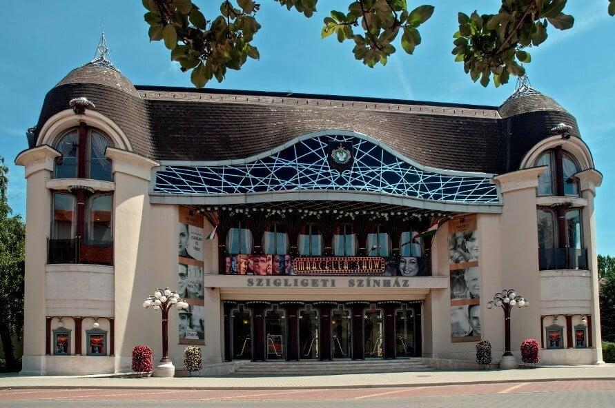 Óriás csillárral és tágasabb nézőtérrel újul meg a szolnoki színház