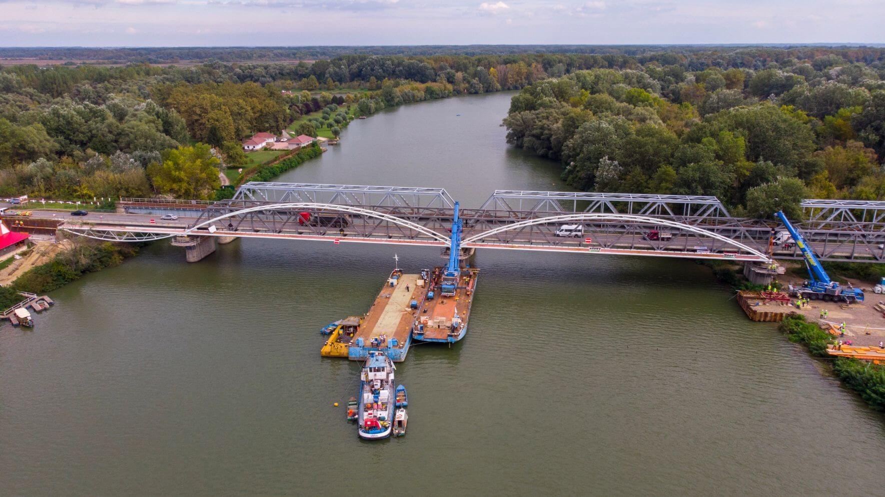 Már az utolsó elemeket emelik be az új Tisza-hídon