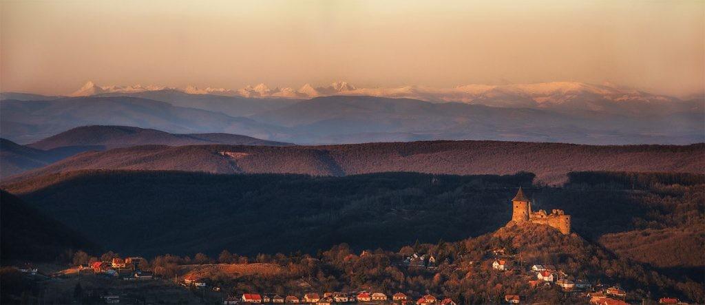 Gyönyörű látvány Salgó váráról a távolban magasodó Tátra