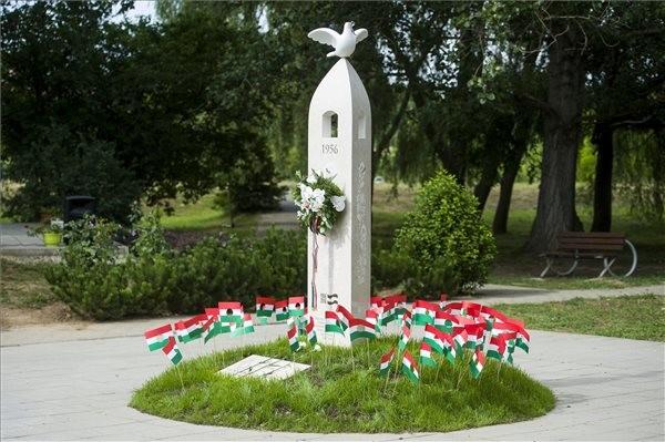 '56-os emlékművet avattak Sóshartyánban