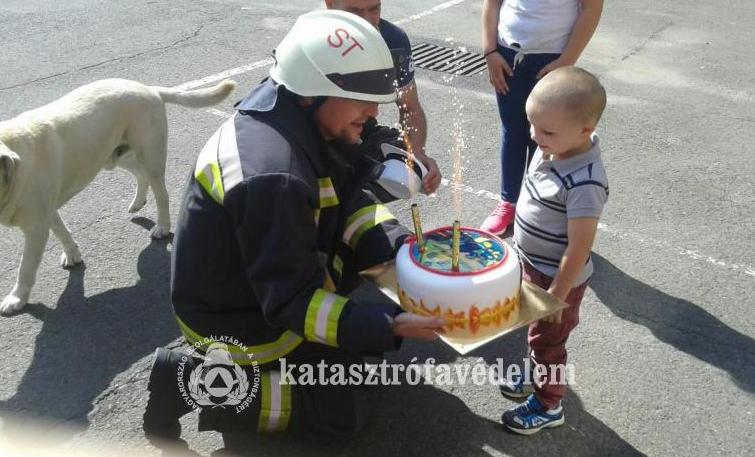 Tűzoltókkal ünnepelt a karancslapujtői kisfiú