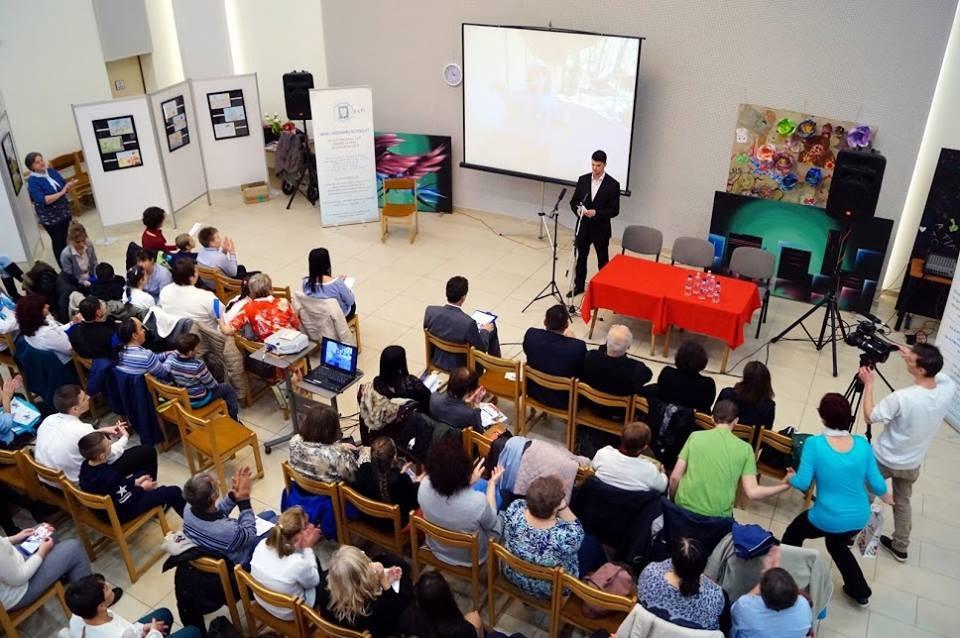 Konferencia az autizmusról és kék lufis séta Salgótarjánban