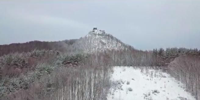 Látványos drónvideó a hófödte Salgóról