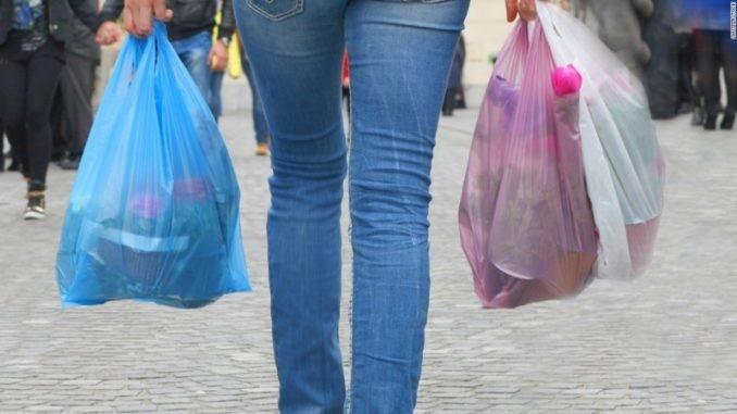 2021-től teljesen betiltják a műanyag zacskókat