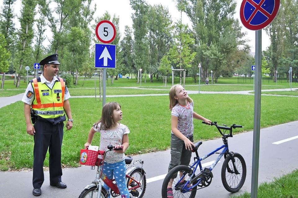 A gyermekek biztonságos közlekedését támogató munkafüzetet mutattak be