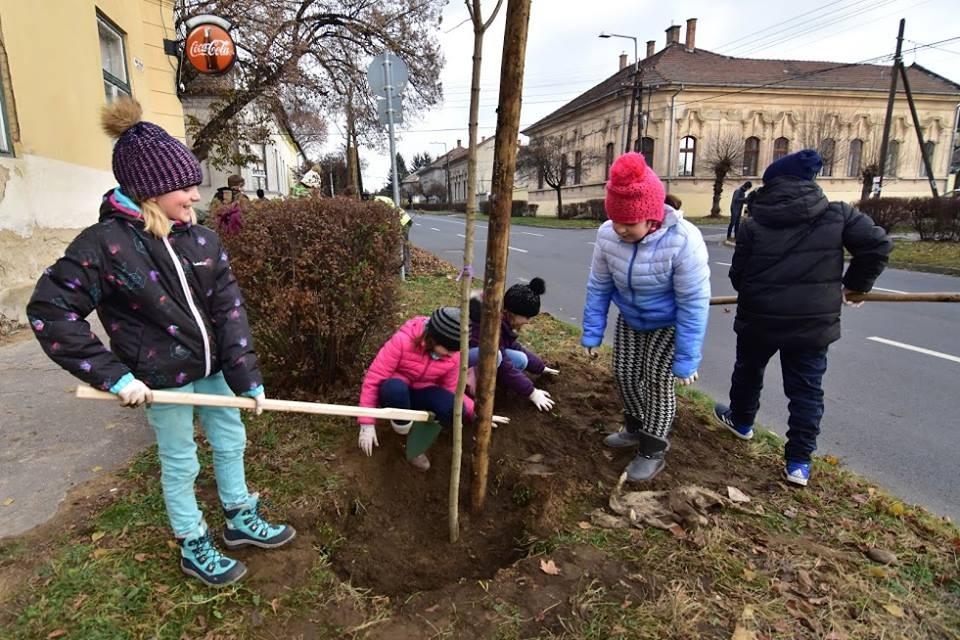 Gyerekek ültetik a megemlékezés fáit Balassagyarmaton