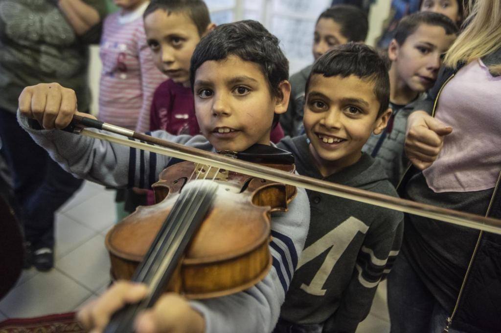 Hangszerekkel ismerkednek a varsányi gyerekek