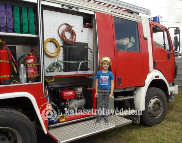 Tűzoltóautó, locsolkodás és Brúnó kutya-gyerekzsivajtól voltak hangosak a tűzoltólaktanyák
