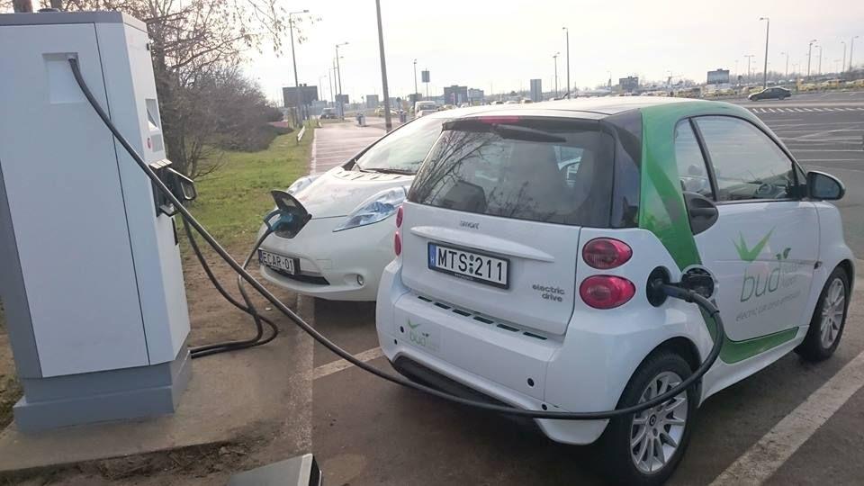 Átadták az első elektromos autótöltőt a Liszt Ferenc Repülőtéren