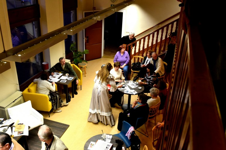 Zenés kávéház a ceglédi könyvtárban