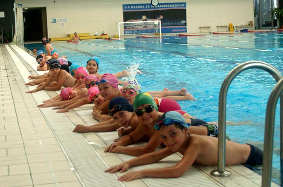 Egyedülálló úszásoktatás a szentendrei Városi uszodában