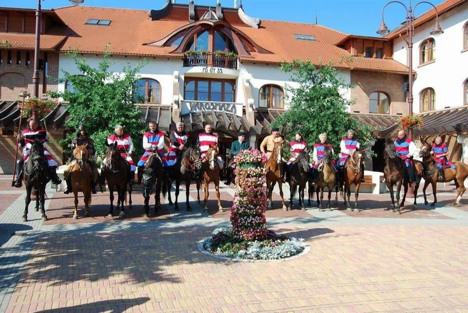 II. Vencel egykori utazását idézték meg a Dunakanyaron áthaladó lovastúrán