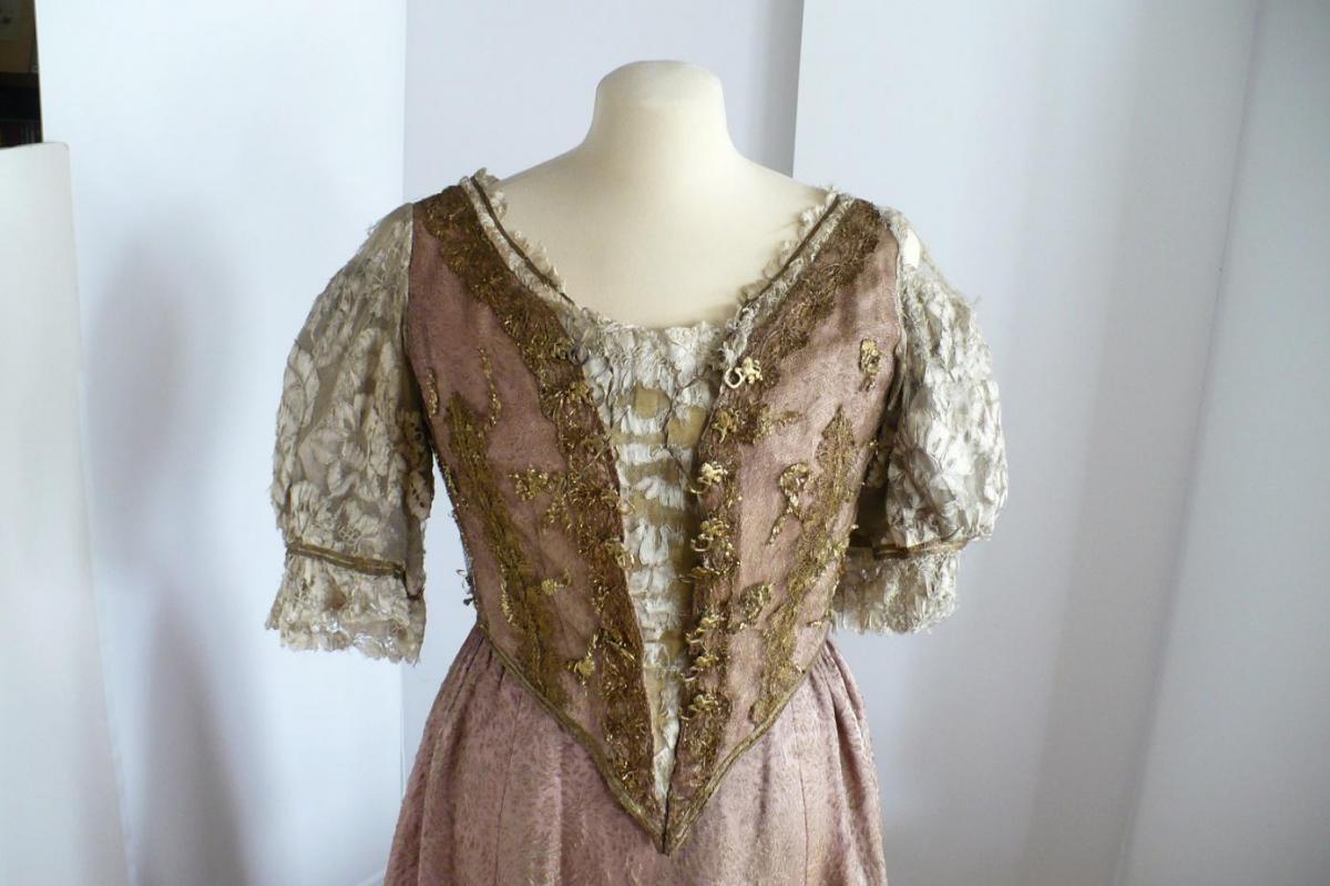 Aranyfonallal átszőtt százéves ruhával gazdagodott a Gödöllői Kastély
