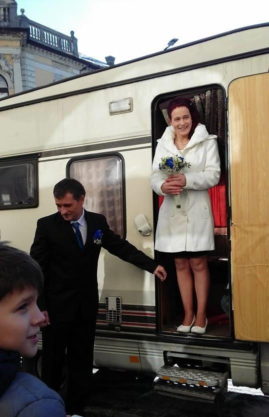 Lakókocsival vonult esküvőjére egy ceglédi pár