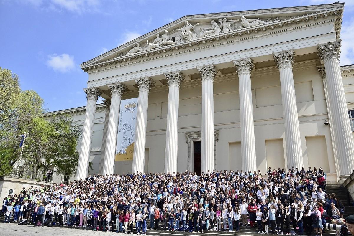 Ötszáz diák szavalt a Nemzeti Múzeum lépcsőjén a költészet napja alkalmából