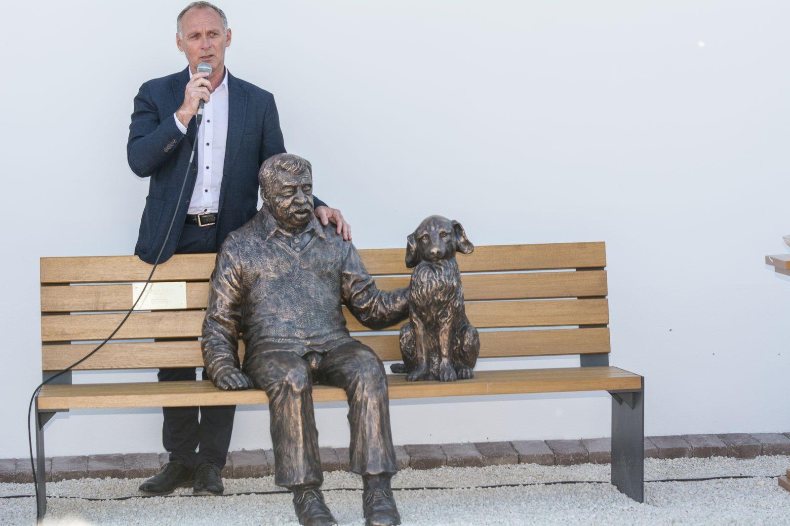 Egészalakos szobrot kapott egy dabasi holokauszt túlélő